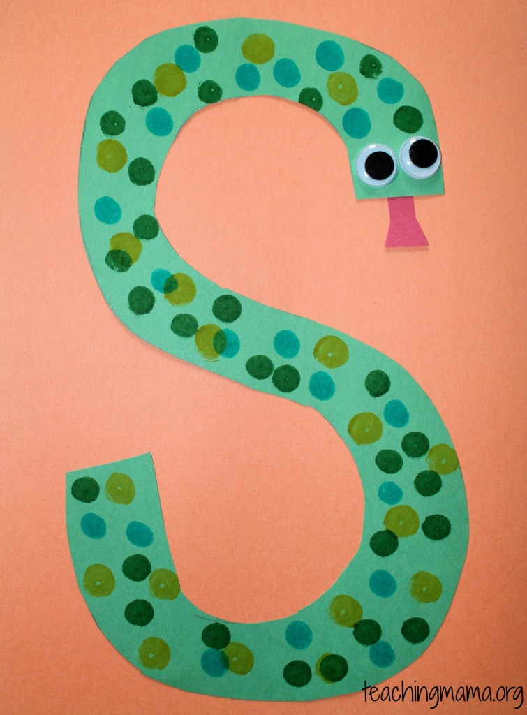 Next, we decorated the letter S with colored sand! It was very simple ...